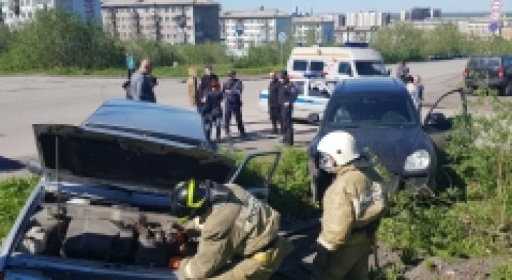 В Коми столкнулись два автомобиля, на место выехали спасатели