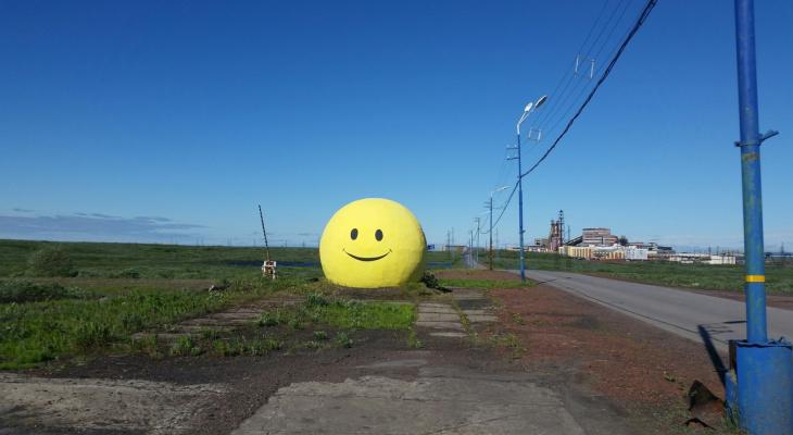 В Коми на обочине дороги появился гигантский каменный смайл с двумя лицами (фото)