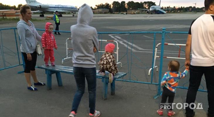 Сыктывкарцы 2,5 часа простояли на ногах в ожидании самолета (фото)