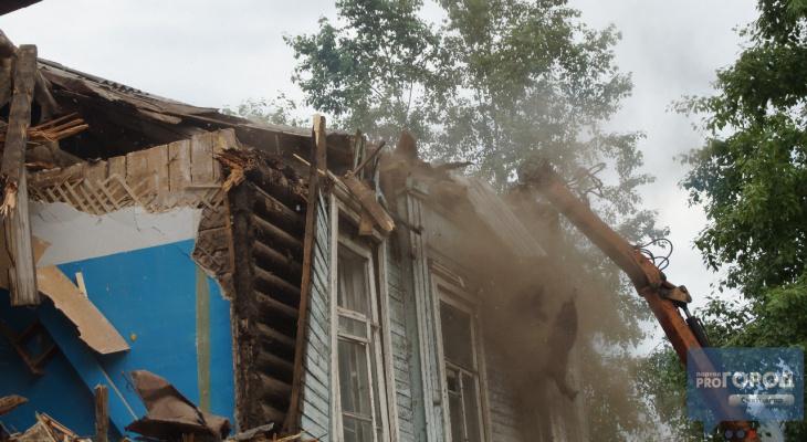 Дом рушат, щепки летят: фоторепортаж с места сноса общежития в Сыктывкаре