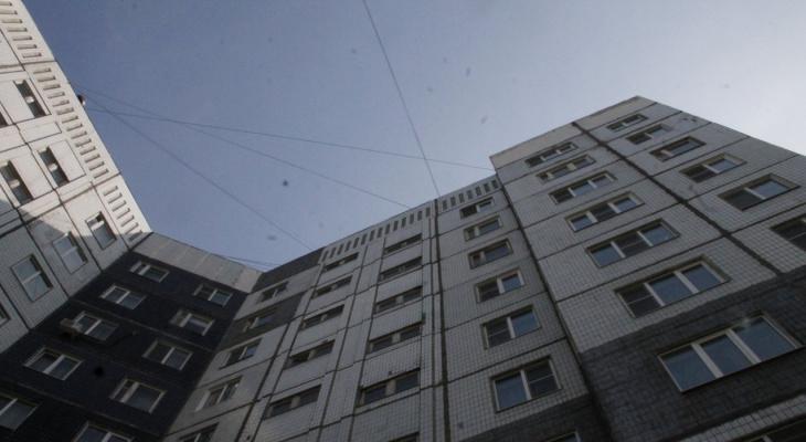 В Коми из окна многоквартирного дома выпала 20-летняя девушка