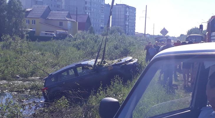 В Коми «КамАЗ» протаранил внедорожник: машина вылетела с трассы в болото (видео)