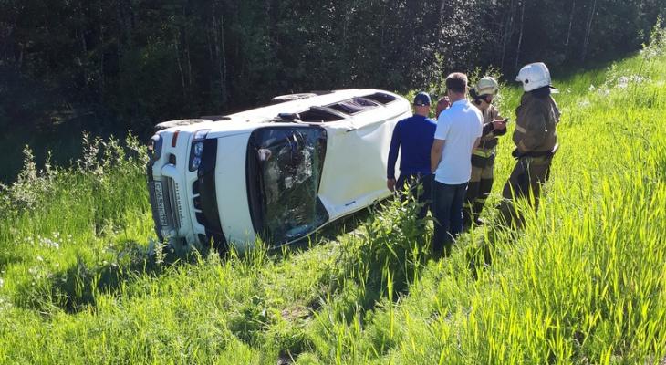 «Лежала вся маршрутка»: в Коми микроавтобус вылетел с дороги и опрокинулся