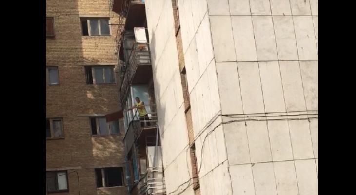 В Коми очевидцы сняли, как мужчина швыряет старую мебель с балкона (видео)