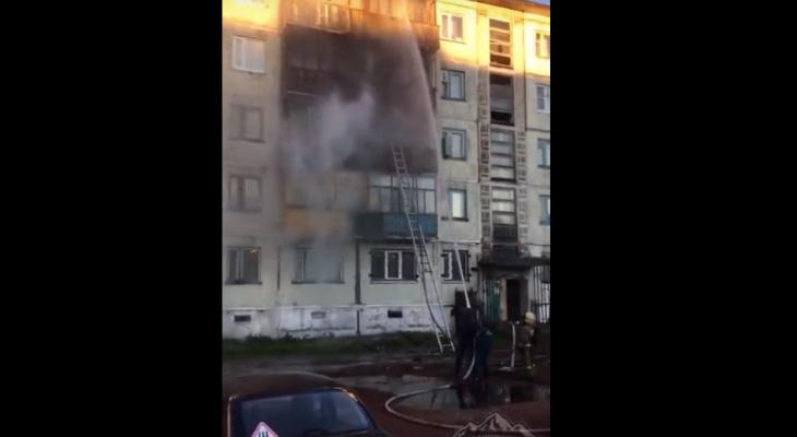 В сети появилось видео, как тушили ночной пожар пятиэтажке в Коми