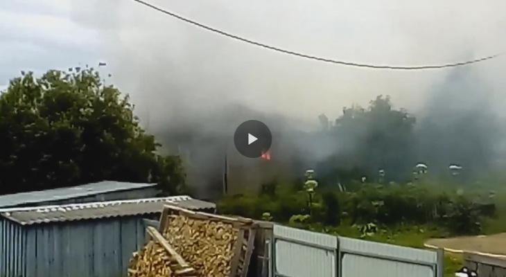 Очевидцы сняли, как под Сыктывкаром вспыхнул пожар вблизи жилых домов