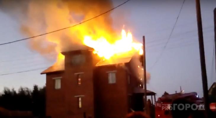 Появились фото и видео мощного пожара в коттеджном поселке Сыктывкара