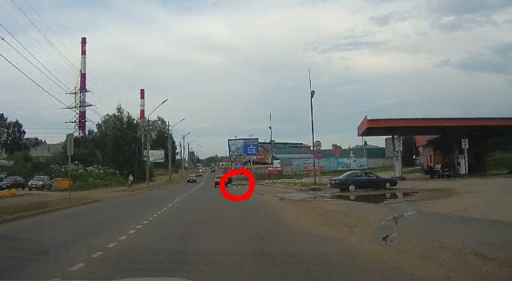 В Сыктывкаре маленькая девочка выпала из авто на полном ходу (видео)