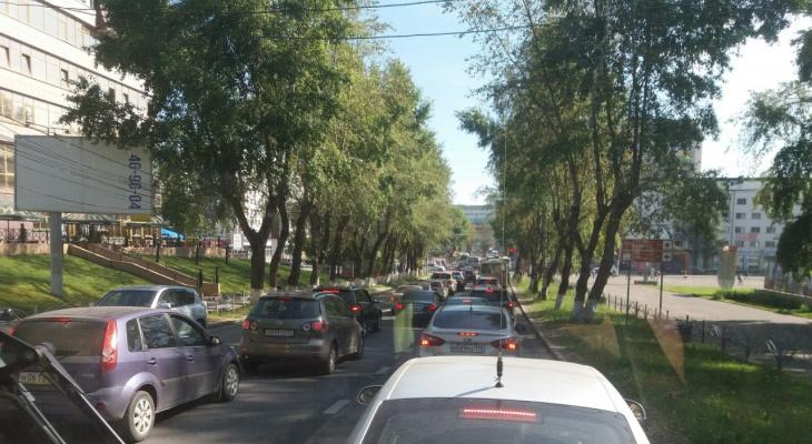 На улице Коммунистической в Сыктывкаре образовался гигантский автомобильный затор