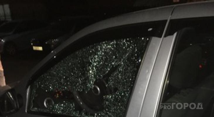 В Сыктывкаре обстреляли автомобиль такси