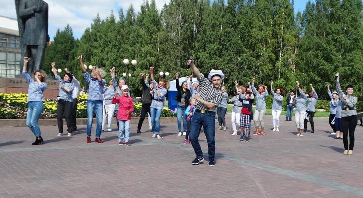 В День ВМФ сыктывкарцы играли в центре города в морской бой и слушали рэп (фото)