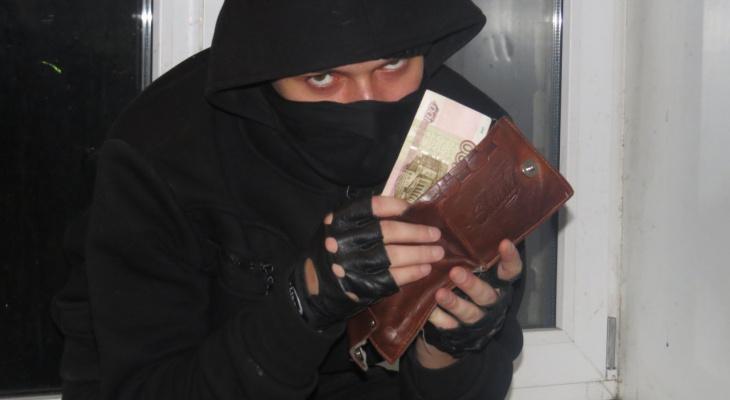 В Сыктывкаре парень влез через окно в чужой дом и забрал крупную сумму денег