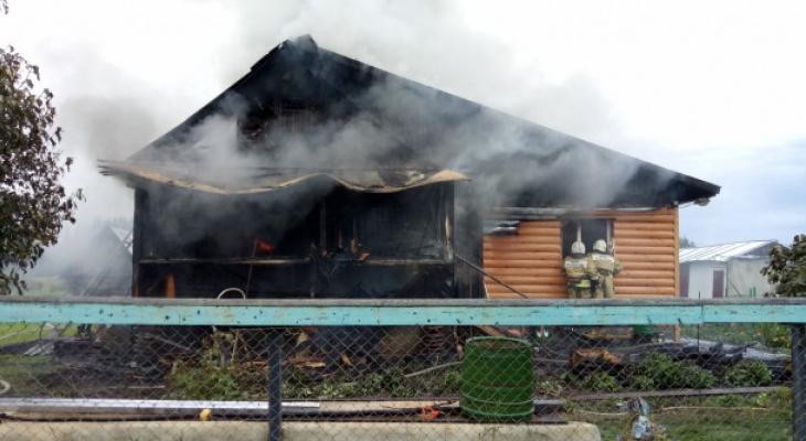 В Коми жилой дом сгорел после того, как в него попала молния