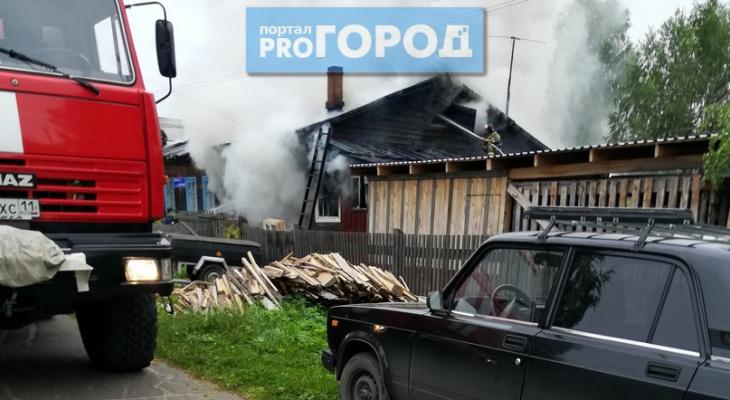 Под Сыктывкаром произошел пожар: три семьи остались без крыши над головой (фото, видео)