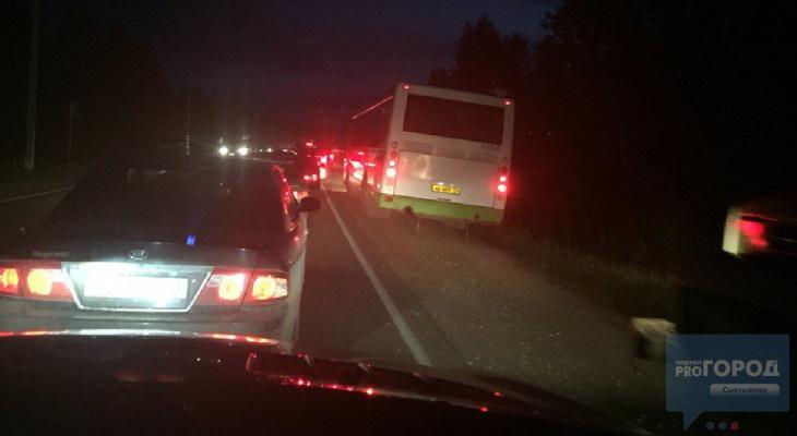 На трассе под Сыктывкаром образовался 3-километровый автомобильный затор