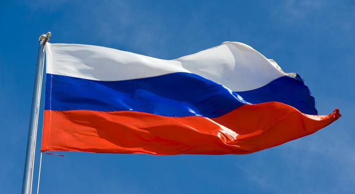 В Коми 16-летний парень снял с крыши администрации российский флаг и сжег его