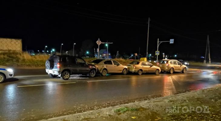 В Сыктывкаре на улице Морозова столкнулись четыре автомобиля (фото)