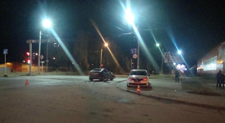 В Сыктывкаре водитель «Фокуса» проехал на «красный» и врезался в «Рено», пострадали два человека
