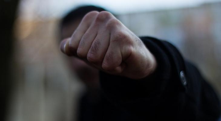 В Сыктывкаре мужчина набросился на пенсионерку, избил ее и ограбил