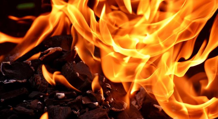 В Сыктывкаре пылающий дом тушили сразу двадцать пожарных