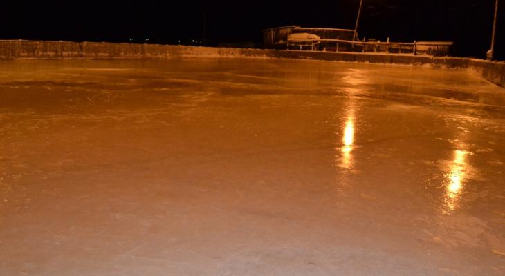 Пожилой хоккеист из Коми более сорока лет заливает лед на катке своими руками