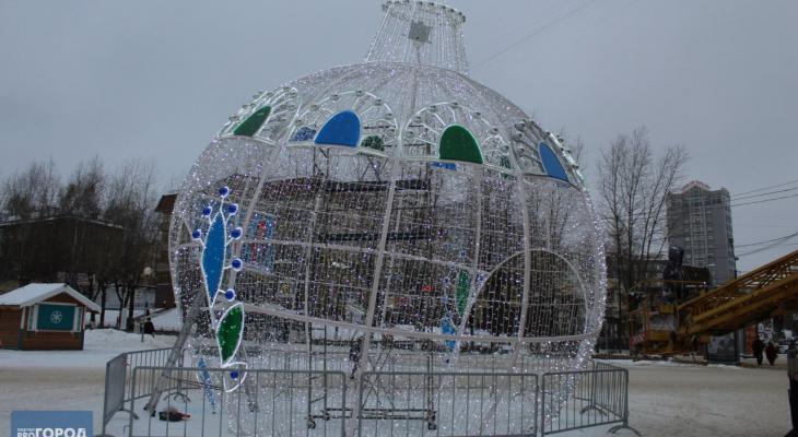 В Сыктывкаре заканчивают установку гигантского новогоднего шара (фото)
