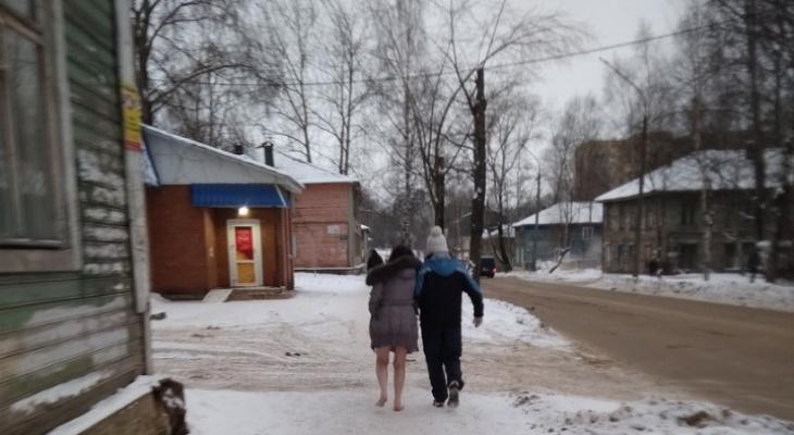 В Сыктывкаре полуобнаженная девушка шла босиком по снегу
