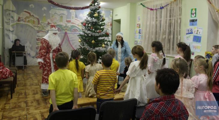 В Сыктывкаре Дед Мороз и Снегурочка устроили праздник детям из реабилитационного центра