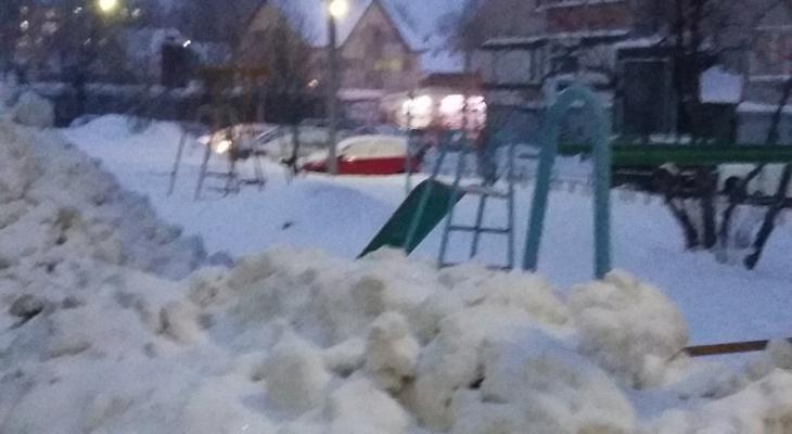 В Сыктывкаре больше 5 лет каждую зиму грязный снег «вывозят» на детскую площадку