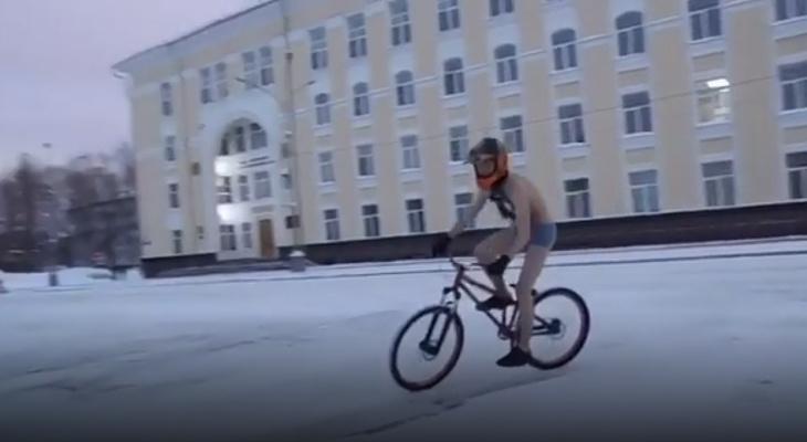 Сыктывкарец в одних трусах проехался на велосипеде по Стефановской площади и Коммунистической (видео)