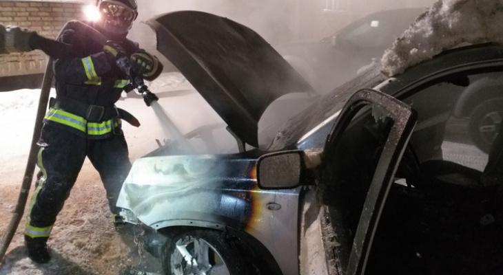 В Коми горящая машина подпалила соседнее авто