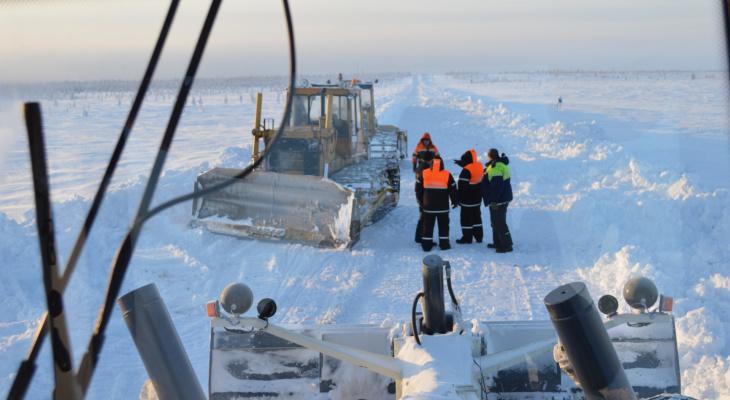 Регоператору Коми пришлось чистить снег, чтобы добраться до северного поселка