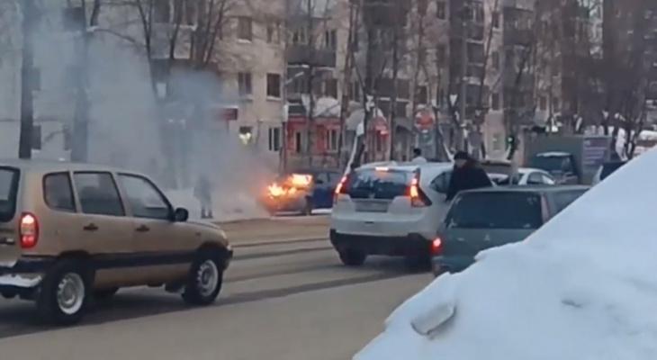 Появилось видео, как в Сыктывкаре напротив СГУ полыхала иномарка