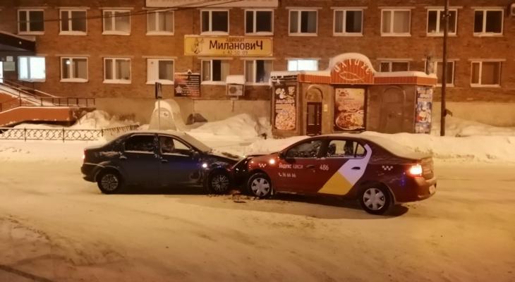 В Сыктывкаре два «Логана» не поделили дорогу, пострадал водитель