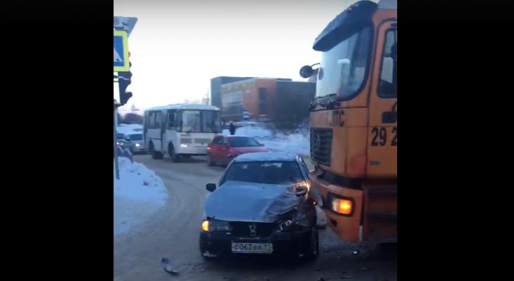 На самом опасном перекрестке Сыктывкара самосвал протаранил легковушку (видео)