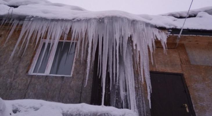 Топ-5 опасных крыш Сыктывкара, на которых есть огромная наледь