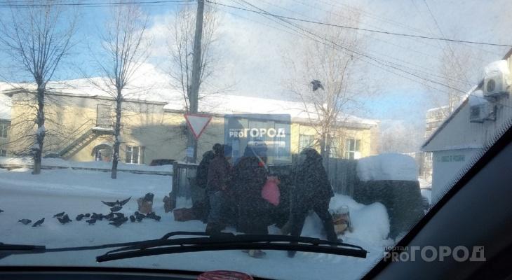 В Сыктывкаре пенсионеры выворачивали контейнеры с мусором, чтобы найти «просрочку»