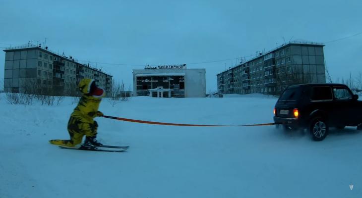«Любимое развлечение воркутинцев»: житель Коми в костюме динозавра прокатился на лыжах по городу (видео)