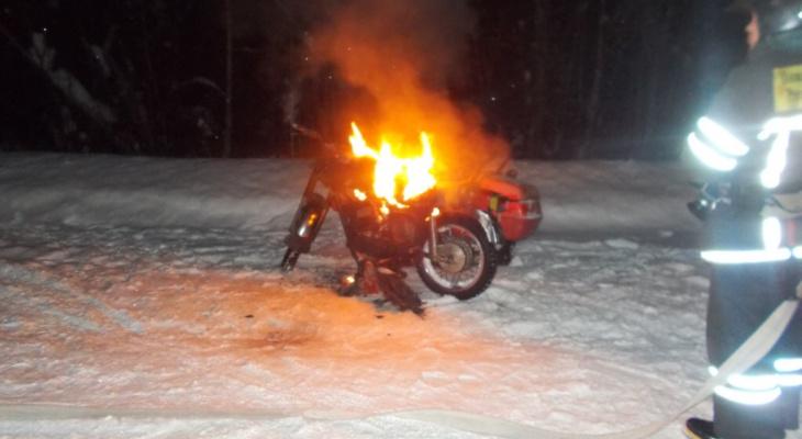 В Коми водитель случайно поджег свой мотоцикл на трасс (фото)