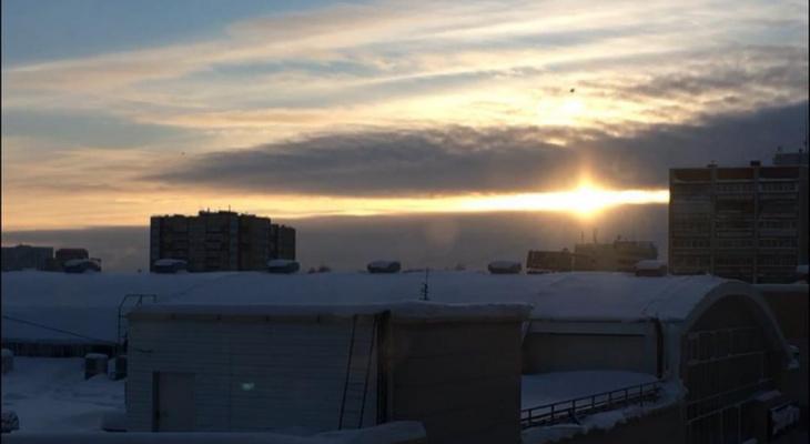 Фото дня: восход солнца над заснеженными крышами Сыктывкара