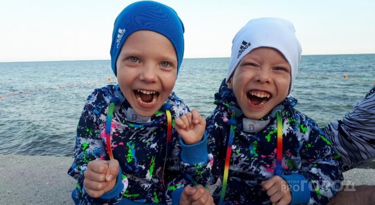 В Сыктывкаре двое близнецов учатся ходить вопреки тяжелому диагнозу