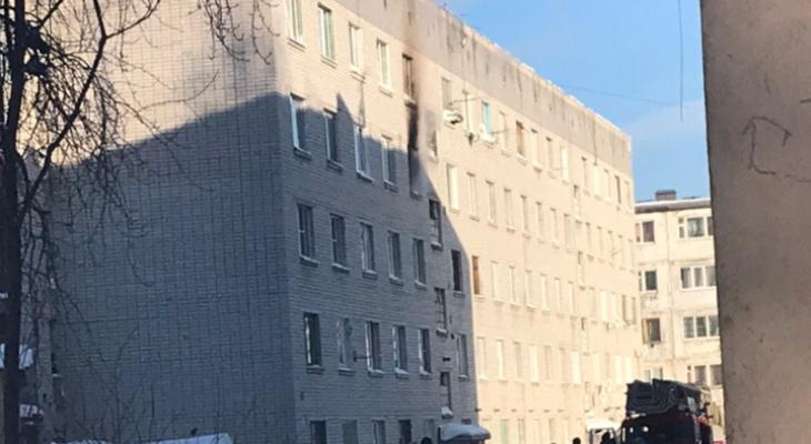 В Сыктывкаре по неизвестным причинам вспыхнула квартира (видео)