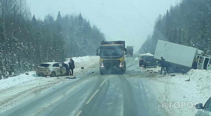 Появились подробности аварии в Коми, где столкнулись иномарка и грузовик