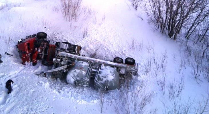 В Коми грузовик столкнулся с бензовозом и рухнул с моста (фото)