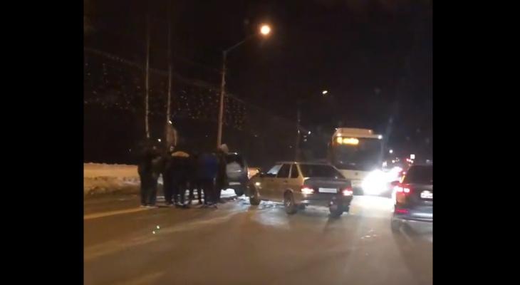 В Сыктывкаре авария у гостиницы стала причиной километровой пробки (видео)