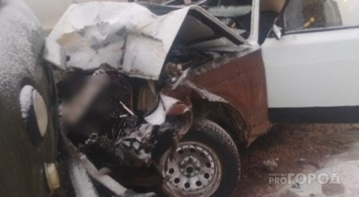 В Сыктывкаре «пятерка» влетела в УАЗ на «встречке», пострадали трое (видео, фото)