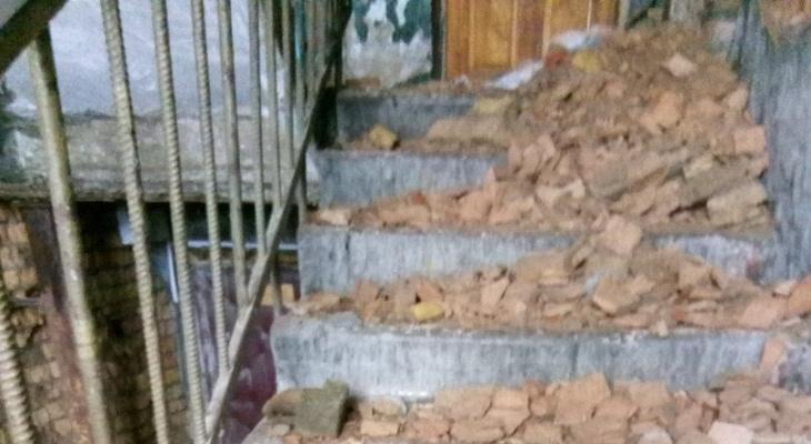 В жилом доме в центре Сыктывкара обвалилась кирпичная стена и завалила лестницу в подъезде (фото)