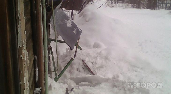 В Сыктывкаре с крыши дома упали глыбы льда и завалили подъезд: люди не могут выйти на улицу (фото)