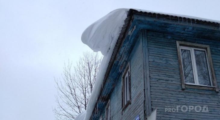 В Сыктывкаре глыба льда улетела за ограждение и сломала женщине ногу