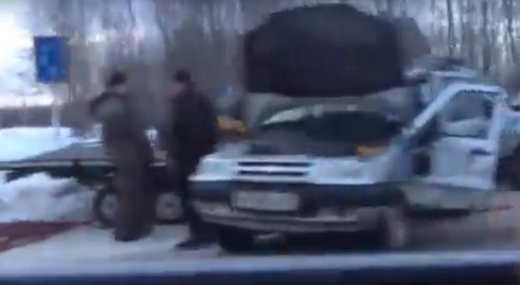 В Коми два внедорожника влетели друг в друга, один из автомобилей вез снегоход на прицепе (видео)